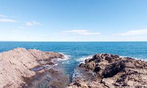 蓝天下的岛礁摄影图片