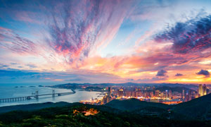 夜幕降临小的海滨城市美景摄影图片