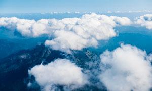 山峦上空的云彩特写摄影图片