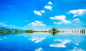 蓝天白云下的湖中倒影美景摄影图片