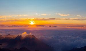 黄山山顶上观看日出美景摄影图片