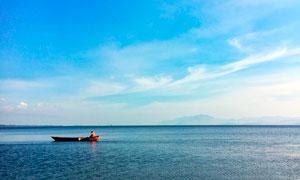洱海上的小舟摄影图片