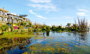 洱海边的度假村建筑摄影图片
