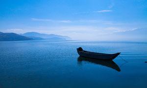 洱海上停泊的小舟摄影图片