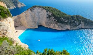 海边悬崖上俯瞰沙滩美景摄影图片