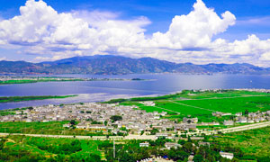 大理洱海边城镇景观摄影图片