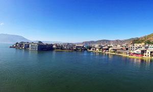 大理洱海边的城镇景观全景摄影图片