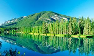蓝天下的青山绿水风光摄影图片