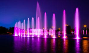城市中的彩色喷泉景观摄影图片