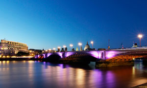 夜晚美丽的大桥和路灯景观摄影图片