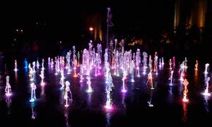 夜晚城市中的彩色喷泉摄影图片