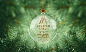 树枝背景前的圣诞挂球图案样机模板