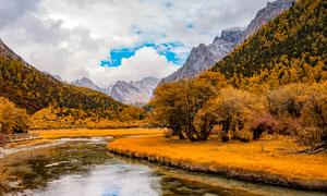 秋季稻城亚丁山谷风光摄影图片