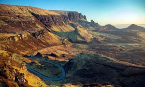 山脚下弯曲的公路景观摄影图片