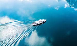 湖泊中航行的游船俯拍图摄影图片