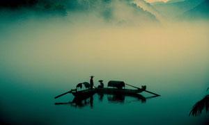 傍晚停泊在湖面上的渔船摄影图片