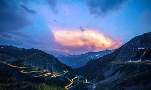 夜幕下盘旋的山路景观摄影图片
