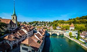河边整齐的欧式建筑物摄影图片