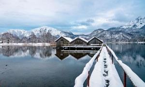 冬季湖泊中的小木屋雪景摄影图片