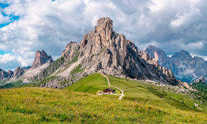 乌云下的山峰和山脚景观摄影图片