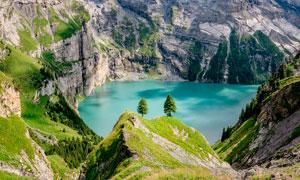 山谷中的美丽湖泊景观摄影图片