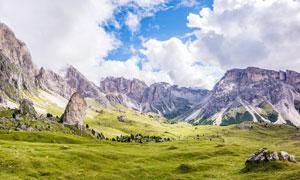 大山脚下的绿色草地摄影图片