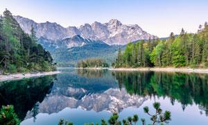 大山下的湖泊美景摄影图片