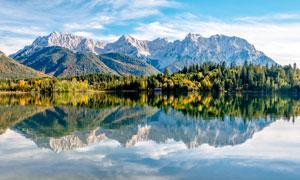 山林在湖泊中的美丽倒影摄影图片
