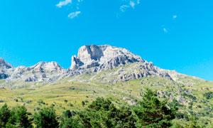 蓝天下的山坡景观摄影图片