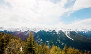 蓝天白云下的连绵雪山摄影图片