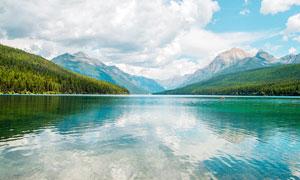 蓝天白云下的山林和湖泊美景摄影图片