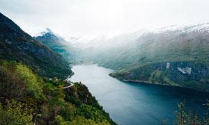 雪山脚下湖泊美景摄影图片