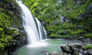 大山中的小溪瀑布摄影图片