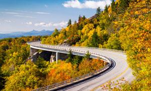 大山之中弯曲的公路摄影图片