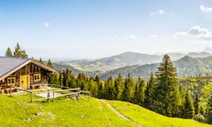 大山中的小木屋和山林全景摄影图片