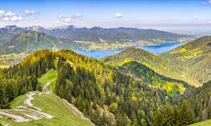 连绵的山峰和森林全景图摄影图片