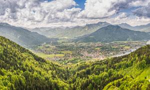 蓝天白云下的山林全景图摄影图片