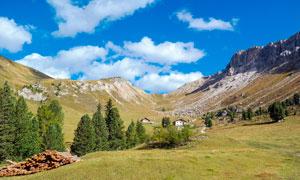 蓝天白云下的山坡景观摄影图片