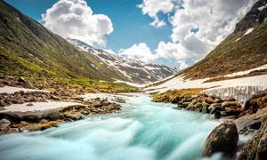 山脚下的小溪流水高清摄影图片