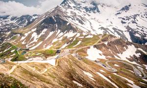 雪后大山中的盘山公路摄影图片