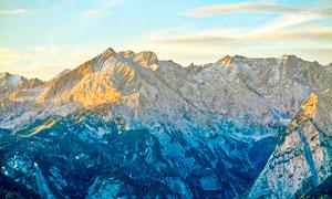 落日余晖下的山峰美景摄影图片