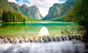 山中湖泊和瀑布美景摄影图片