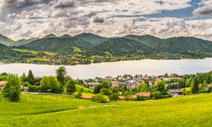 山下的湖泊和城镇全景摄影图片