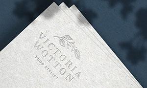 灰色纸张上的钢印标志样机模板素材