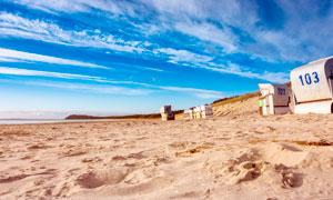 蓝天白云下的沙滩美景摄影图片