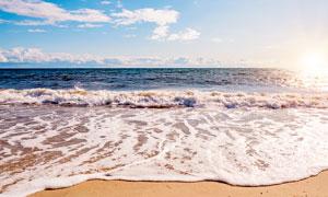 早晨阳光下的沙滩美景摄影图片