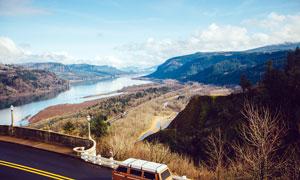 公路边的山川河流摄影图片
