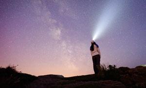 抬头仰望星空的女人摄影图片