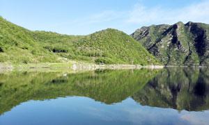 蓝天下的山水湖泊高清摄影图片