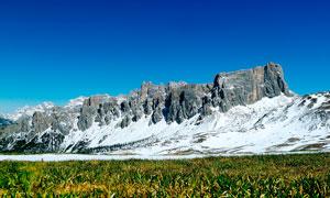 蓝天下的美丽雪山摄影图片